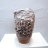 vaso-in-terracotta-lavorazione-a-colombino-con-roselline-smalto-bianco-sfumato.jpg